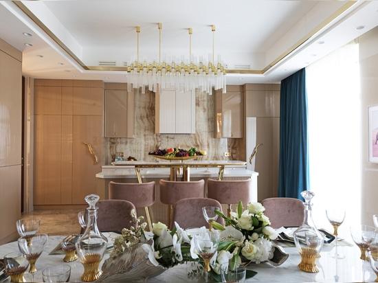 Koralle trifft Gold in einer luxuriösen Küche