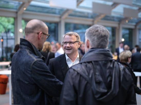 Vor der Party: Wilkhahn-Geschäftsführer Dr. Jochen Hahne im Gespräch mit den Designern Jürgen Laub und Markus Jehs (jehs+laub). Foto: Wilkhahn
