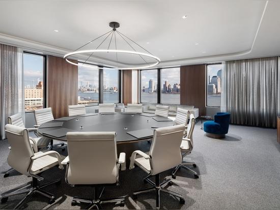 Zeitloses Design und höchster Komfort: Der FS Management Drehstuhl-Klassiker von Wilkhahn überzeugt auch heute in modernen Büroräumen. Foto: Colin Miller