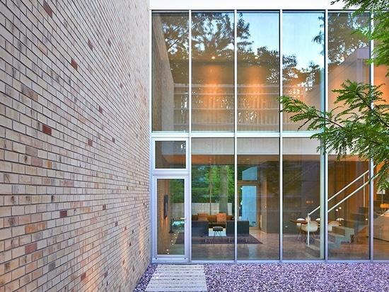 die Fassade dieses Hauses in Chicago weist eine Reihe von verdrehten Ziegelsäulen auf