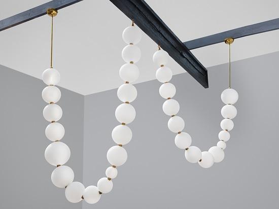 Moderner Kronleuchter / Messing / geblasenes Glas / LED Perlen Semeur d'étoiles