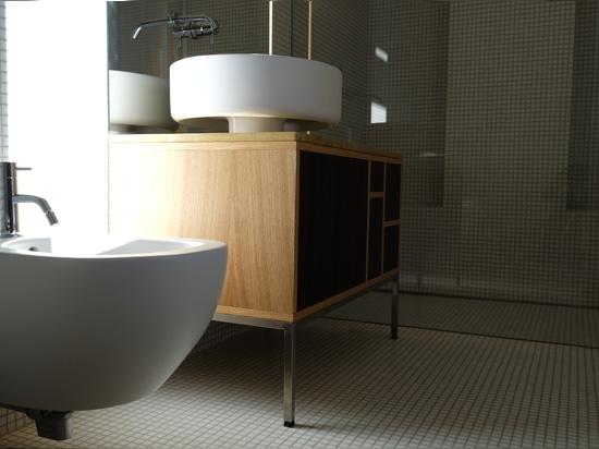 Die Reverso Serie von Ritmonio unterstreicht die Eleganz eines Badezimmers im minimalistischen Stil