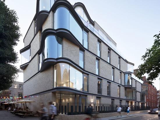 Vorstehende Glasfenster erhöhen das Interesse an diesem Neubau in London