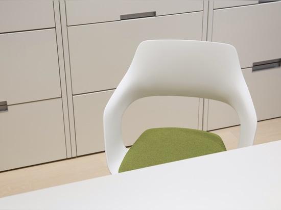 Ergonomie auf hohem Niveau: Das Medical Center im Waldhotel auf dem Gipfel des Bürgenstock setzt auf Sitzkomfort mit Occo (Design: Jehs+Laub) und Neos (Design: wiege). Foto: © Identi AG, Foto: Beat...