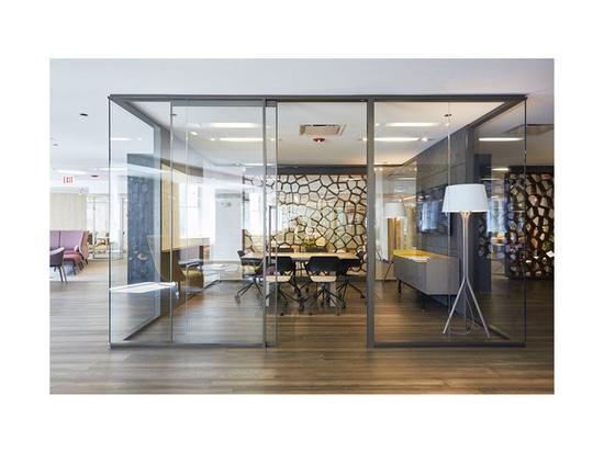 Wilkhahn Mehrzweckstuhl Occo (Design: Jehs + Laub) und Bürostuhl AT im Teknion Showroom während der NeoCon 2019 in Chicago. Fotos: Teknion
