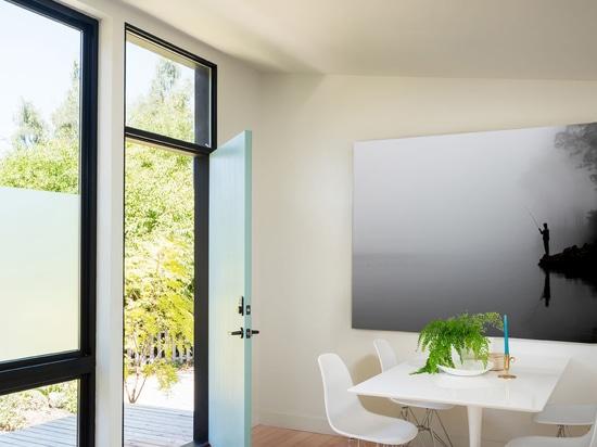 Diese Ein-Schlafzimmer-Hinterhof-Vorfertigung in West Seattle läuft mit Solarenergie