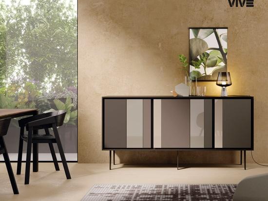 Ein eleganter Kontrast von Reflexionen verleiht dem Wohnzimmer ein Gefühl von raffiniertem Luxus.