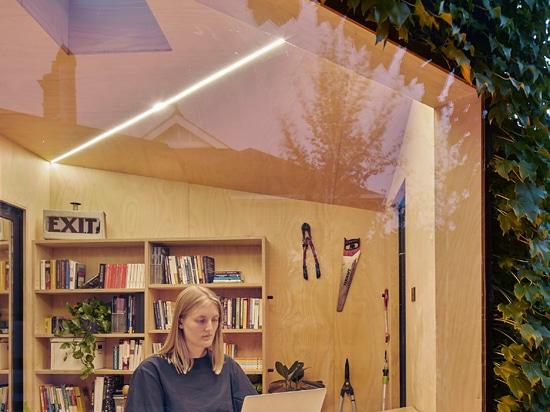 Writer's Shed ist ein kleines Gartenstudio in Melbourne, das mit Efeu bedeckt ist