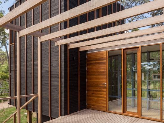 Holzstreifen detailgetreu Schwarzes Haus im ländlichen Uruguay von FRAM Arquitectos und Delfina Riverti