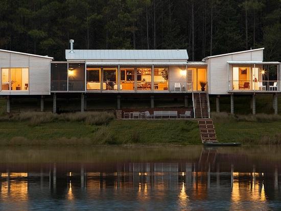 LANG Architekten nisten Splinter-Creek-Hütten zwischen bewaldeten Hügeln des Mississippi