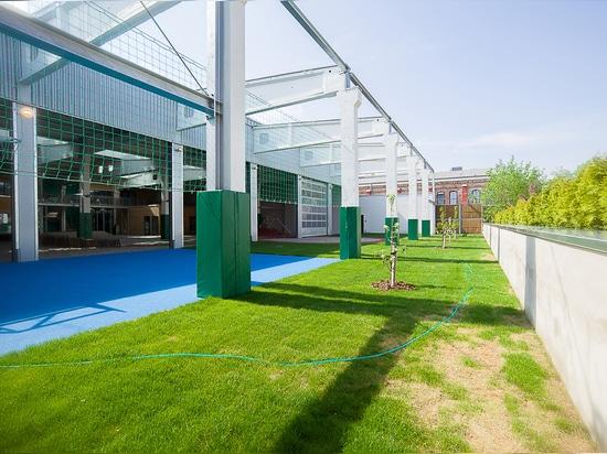 """Die Außenflächen der Kindertagesstätte """"In der Kammgarnspinnerei"""": Blauer Kunststoffboden von REGUPOL"""