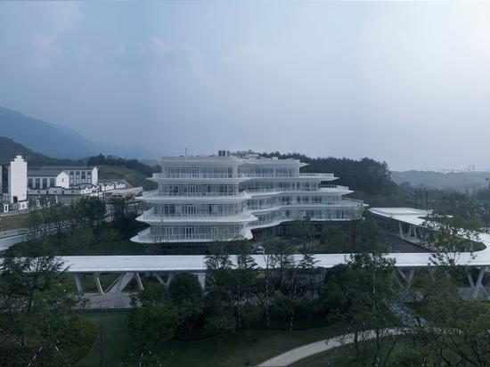 Tonglu Hochgeschwindigkeitsbahnhof / Greentown Ten-D Architektonisches Design