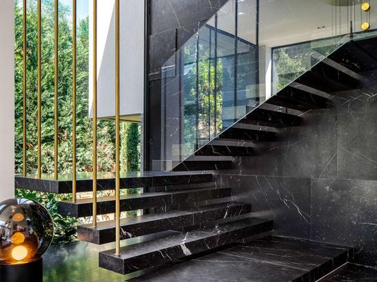 Dieses neue Haus in Frankreich hat eine gewellte Betondecke