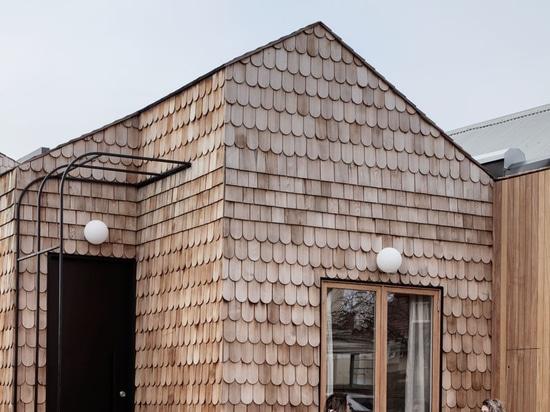 Dieses neue Haus, das mit Schindeln bedeckt ist, verleiht der Straße etwas holzigen Charme