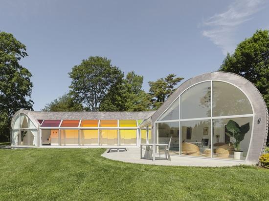 Bunte Dachfenster und ein kurvenreiches Design sind Merkmale des Kokonhauses
