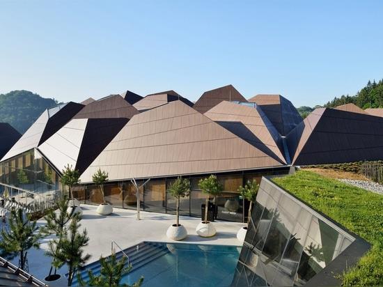Enota schließt Pool in Slowenien mit geometrischem Dach ein
