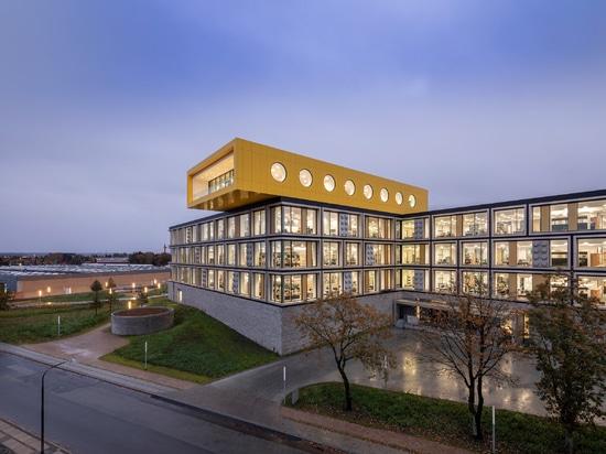 CF Møller Architects integriert riesige Ziegel in die Fassaden des Lego Büros