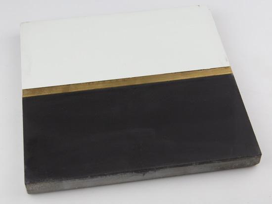 Schwarzweiße Zementfliese mit Messingband