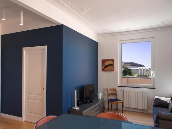 Frischer und ätherischer Stil in einer genuesischen Dachwohnung des frühen 20. Jahrhunderts: für das Badezimmer die Ritmonio Tie-Serie.