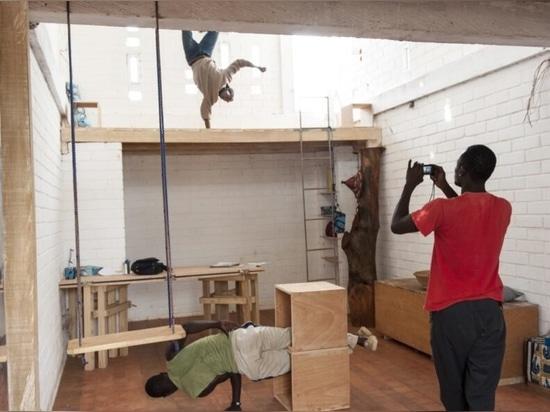 Einheimische Erdziegel bilden diesen inspirierenden Raum der Zusammenarbeit in Ouagadougou