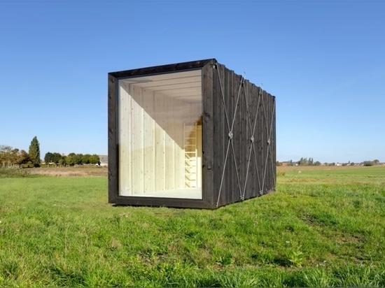 Minimalistische, verkohlte Holzkabine mit nur 129 Quadratfuß