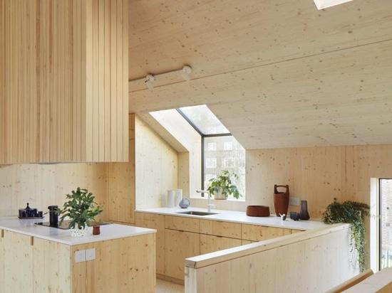 Die Peckham-Roggen-Wohnungen des Tikari-Werks in Peckham Rye verfügen über beruhigende Innenräume aus Holz