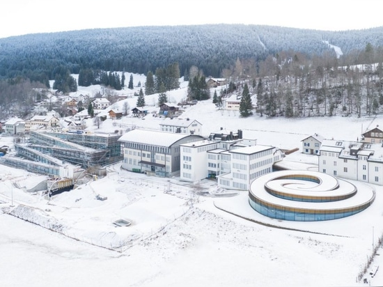BIGs spiralförmige Erweiterung Audemars Piguet erhebt sich aus der Schweizer Landschaft