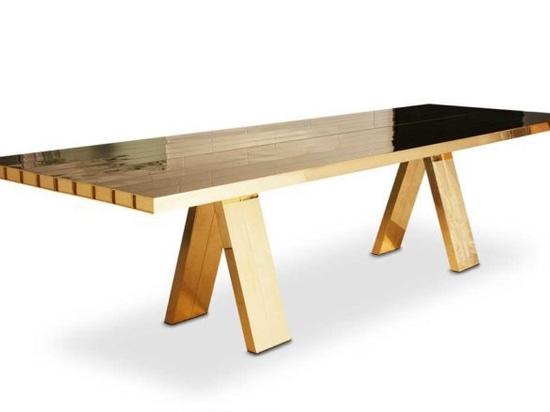 Tom Dixon verwandelt einen Esstisch in eine massive Messingskulptur