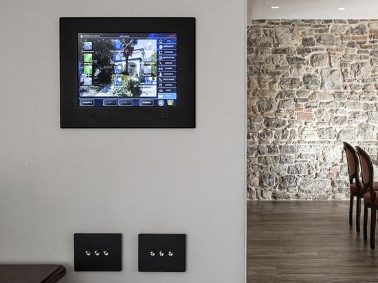 Kippschalter für die Hausautomation sind in AVEbus- und KNX-Versionen erhältlich