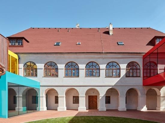 Öffentliches Atelier und FUUZE verwandeln Pfarrhaus in farbenfrohe Schule