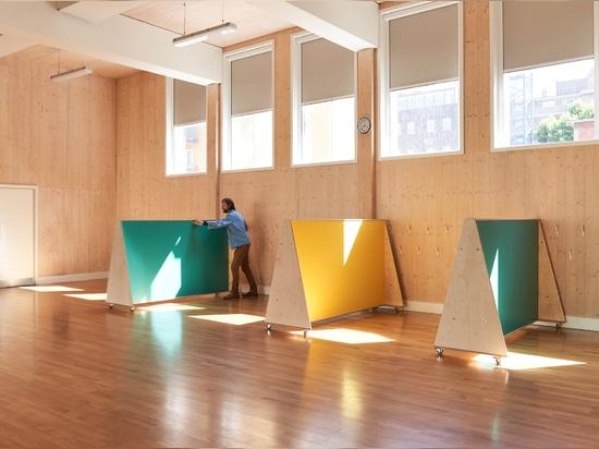 UNIT Fabrications baut sozial-distanzierende Möbel für Londoner Grundschule
