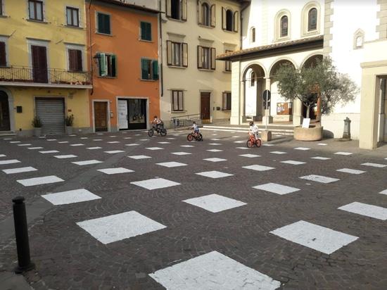 Caret Studio installiert gitterförmiges System zur sozialen Distanzierung auf der italienischen Piazza