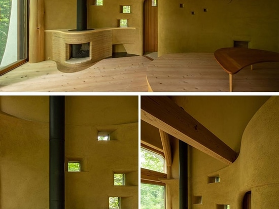 Ein kleines Haus in Form einer Muschel ist von einem japanischen Wald umgeben