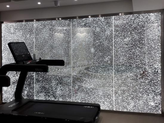 Lichtwand für einen Fitnessraum