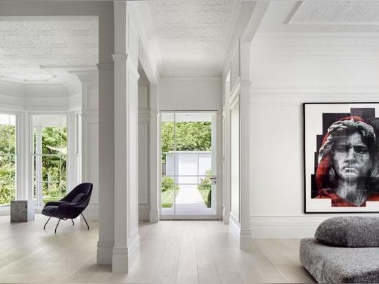 Dekoratives Altes und minimalistisches Neues treffen sich im Wyoming House von Inarc