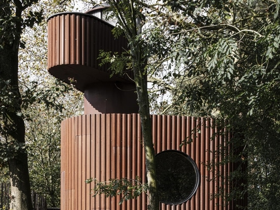 Eine skulpturale Gästehauskapsel des Atelier Vens Vanbelle erscheint in einem Garten in Gent