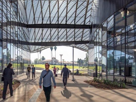 Skulpturales Aluminiumdach hält Cal-Poly-Gebäude kühl