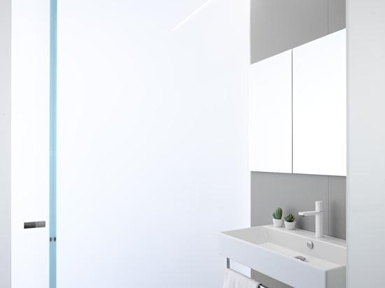 Die haptischen Wasserhähne in Ritmonio Total White Oberfläche nutzen den Reichtum des Volumens dieser privaten Residenz in der Provinz Trient optimal aus.