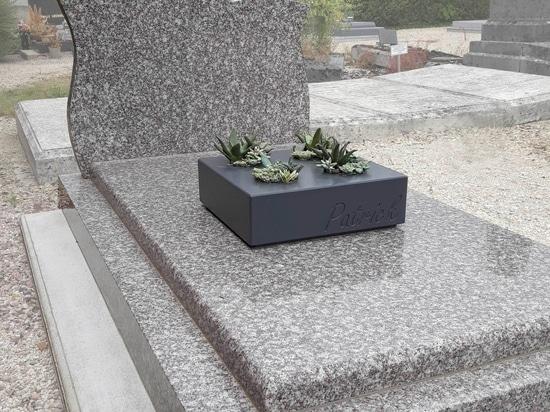 Maßgeschneiderte gravierte Pflanzgefäße zur Dekoration von Gräbern