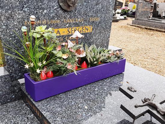 Langlebige und personalisierte Pflanzgefäße zur Dekoration von Gräbern