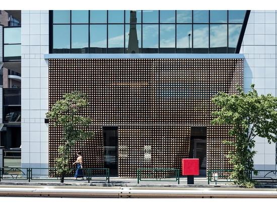 """Tsukagoshi Miyashita Sekkei arrangiert Holzklötze zu einer Fassade aus """"Holzvorhängen"""" in Tokio"""