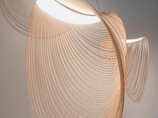 Eine Kombination aus LED und lasergeschnittenem Holz für diese skulpturale Pendelleuchte