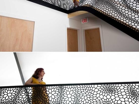 Dieser künstlerische lasergeschnittene Treppengeländer wurde von Zellstrukturen inspiriert