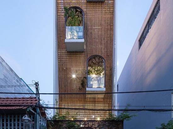 Metallschirme mit Blattmotiv schmücken sowohl das Innere als auch das Äußere dieses Hauses