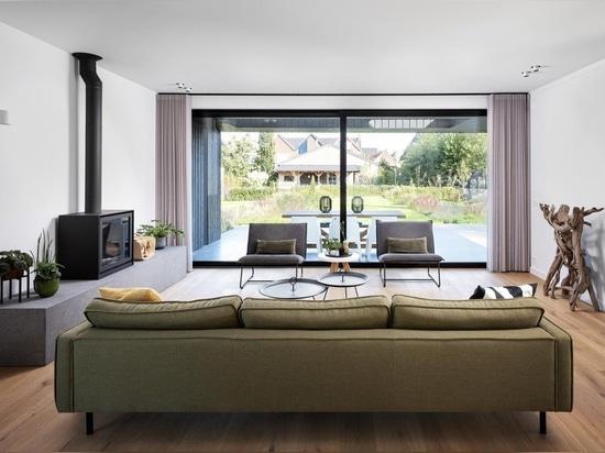Ein Reetdach und eine Innenrutsche verleihen diesem Haus viel einzigartigen Charakter