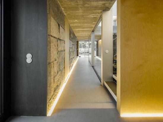 Die Flure in diesem umgebauten Bauernhaus sind mit LED-Beleuchtung beleuchtet