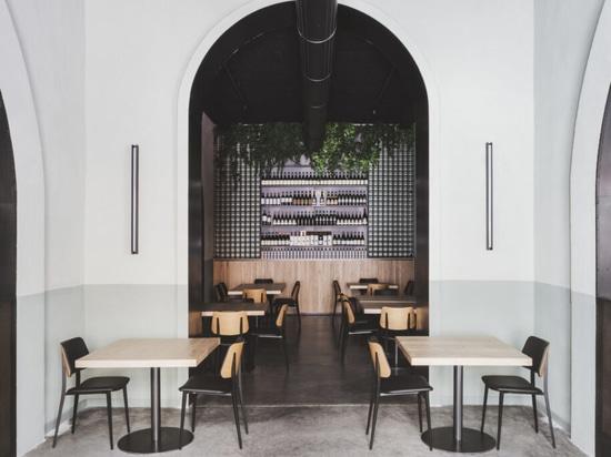 Eine Garage verwandelt sich in ein Restaurant im Hafengebiet von Palermo