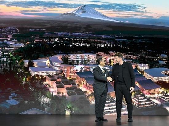 Akio Toyoda, CEO der Toyota Motor Corporation, mit Bjarke Ingels von BIG Architecture während der Veranstaltung CES Las Vegas 2020.