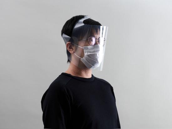 Ein Gesichtsschutz aus einem durchsichtigen Ordner im Format A4