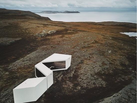 Ein von Biotope entworfener holzverkleideter Aussichtspunkt wird in der arktischen Landschaft Norwegens eröffnet